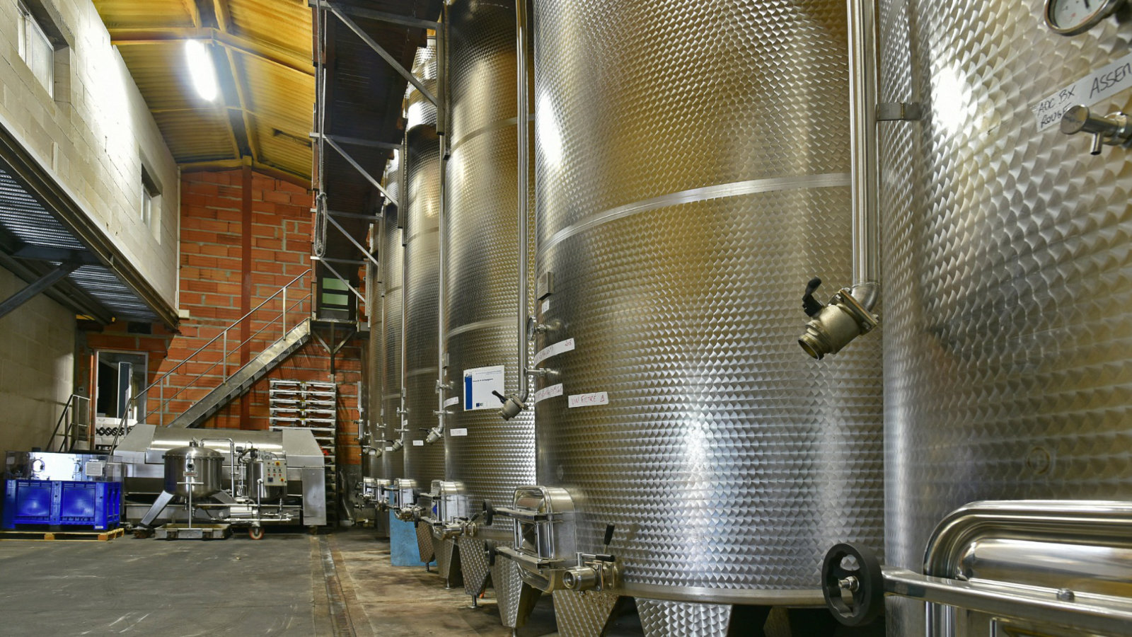 Les cuves inox servent à purifier et faire vieillir le vin
